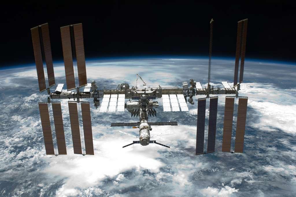 L'ISS photographiée par Endeavour après s'en être désamarrée. Par la suite, la navette a effectué une manœuvre d'approche afin de tester de nouvelles procédures d'amarrage qui serviront au futur engin spatial de la Nasa, la capsule Orion MPCV. © Nasa