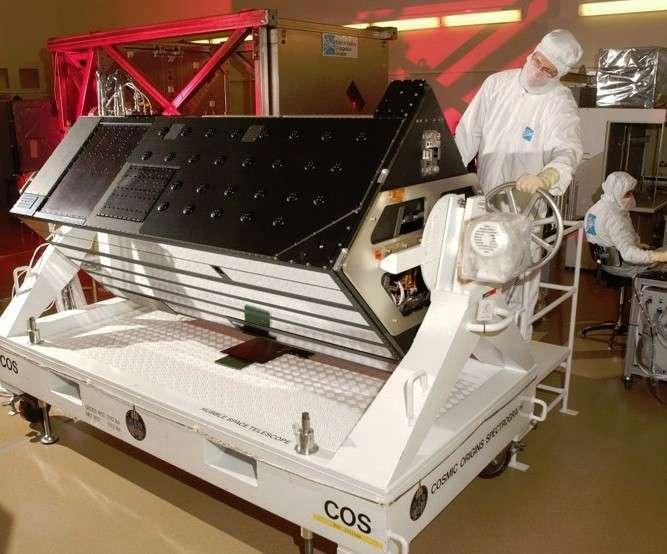 Avec l'instrument Cos (Cosmic Origins Spectrograph) installé au printemps 2009 sur le télescope spatial Hubble, les astronomes peuvent désormais étudier avec une grande précision la nature et les mouvements des éléments chimiques au cœur des exoplanètes gazeuses. Crédit Nasa