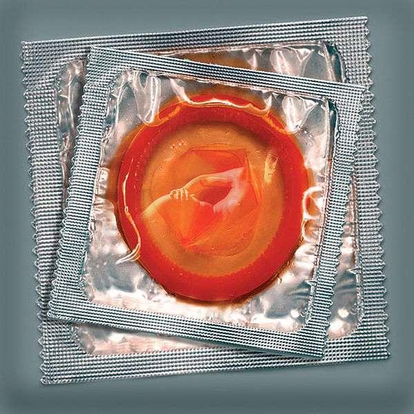 Le préservatif reste le moyen le plus accessible pour se protéger du Sida lors des rapports sexuels. Dans l'idéal, il est à utiliser dans chaque action impliquant les organes génitaux. © Josef235, Wikimedia Commons, cc by 2.0