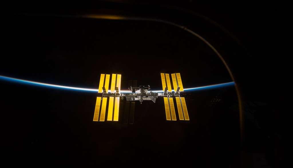 Le Soleil éclaire l'ISS et l'atmosphère (mars 2009)