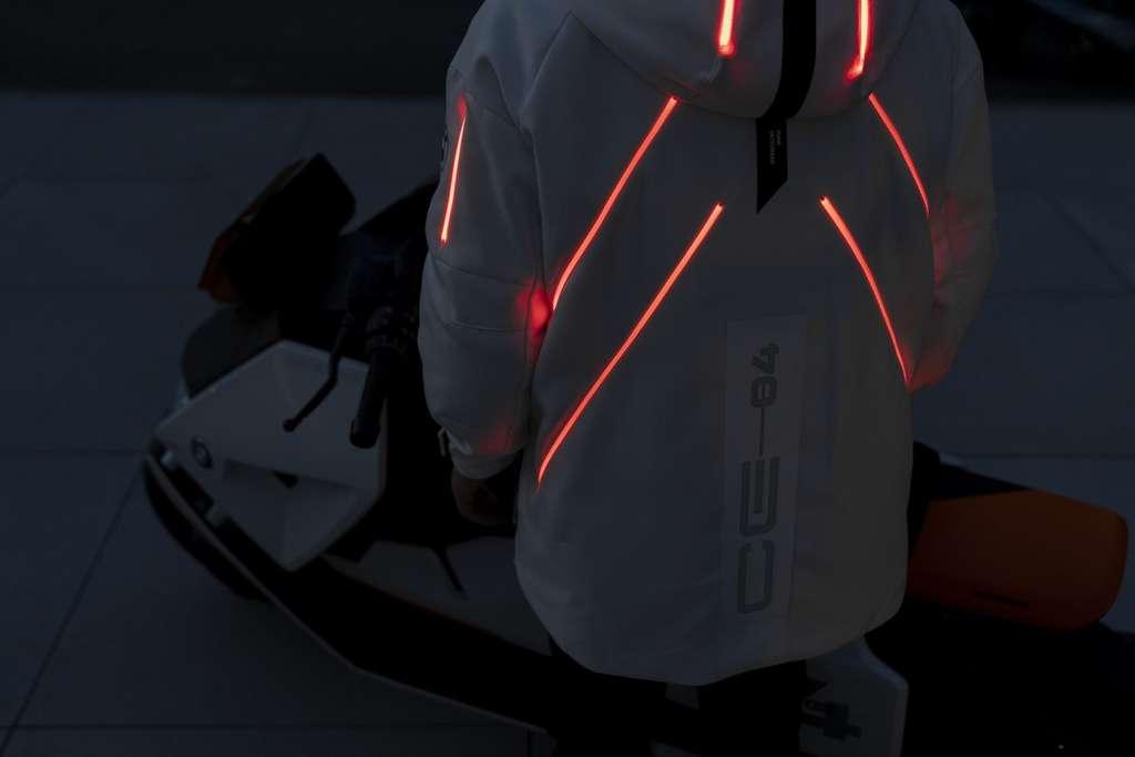 La parka assortie au scooter électrique BMW Definition CE 04 intègre un système de signalisation lumineuse personnalisable. © BMW