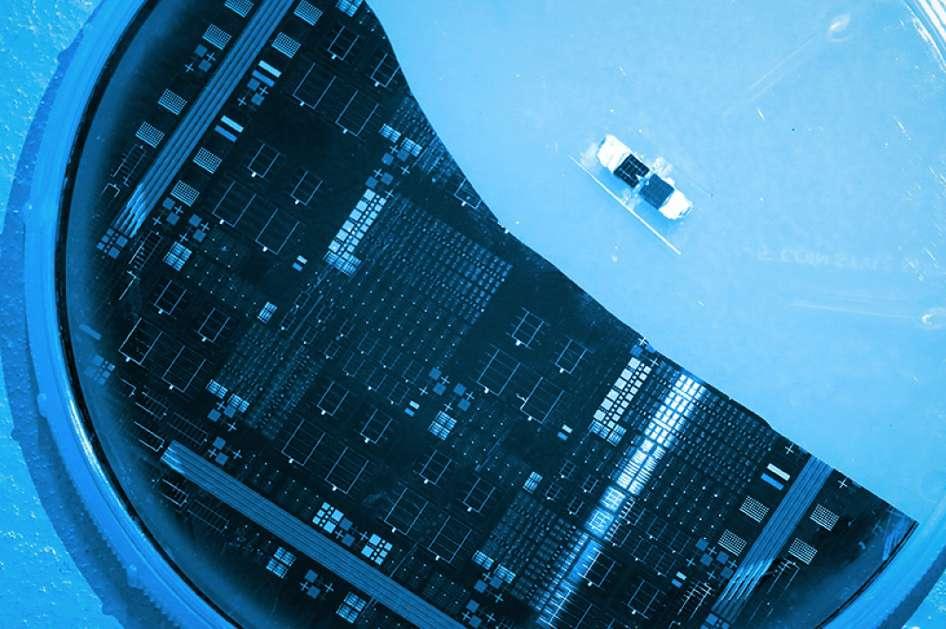 Grâce à une architecture en escalier, les cellules solaires multijonctions conçues par des chercheurs du MIT et du Masdar Institute devraient atteindre des taux de conversion record. © Tahra Al Hammadi, Masdar Institute News