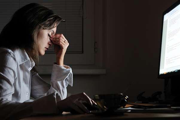 Selon le baromètre MGEN 2019, 45,5 % des Français font des insomnies et 34,6 % considèrent ne pas manger « assez » de fruits et de légumes. © Martinan, Istock.com