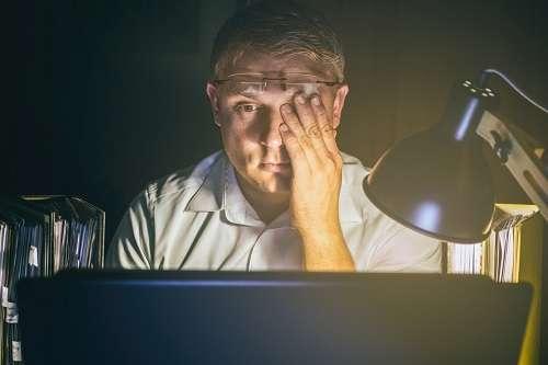 La lumière bleue émise par les écrans provoque fatigue, maux de tête, troubles du sommeil, sécheresse de la rétine, vieillissement prématuré du cristallin, etc. © Ralf Geithe, Fotolia