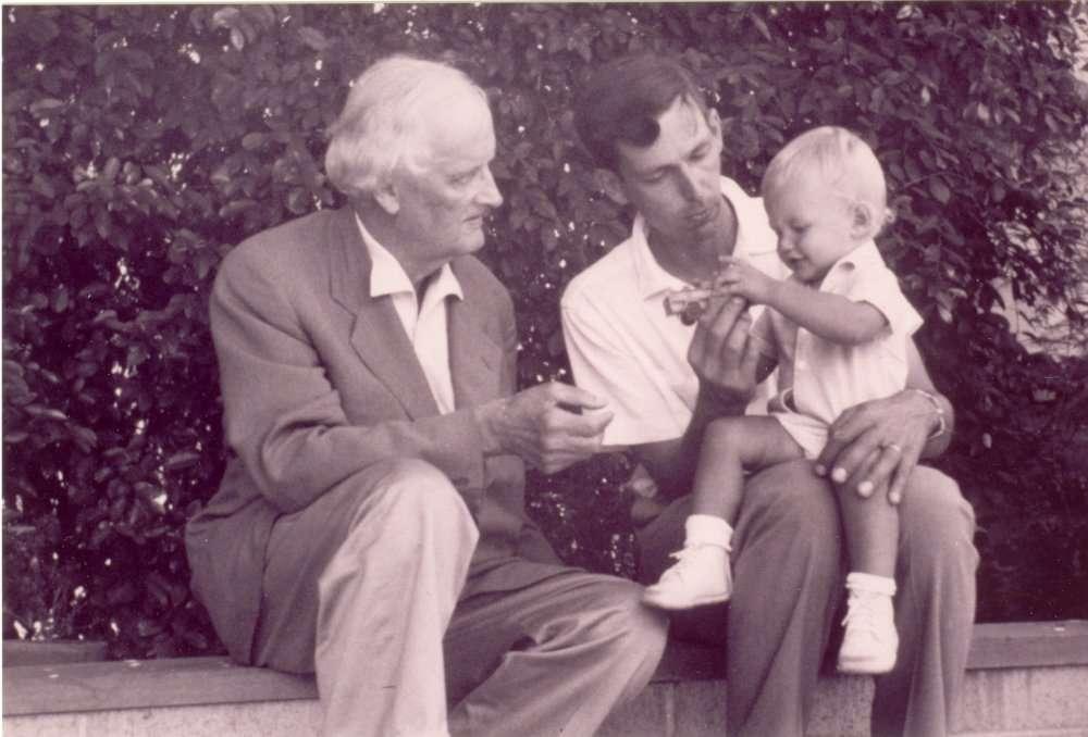 Trois générations successives de Piccard : à gauche Auguste (physicien, aéronaute et frère d'aéronaute), au centre, Jacques (océanographe et homme le plus profond du monde avec Don Walsh), à droite, Bertrand Piccard (psychiatre et « savanturier » comme ses père et grand-père). © Solar Impulse