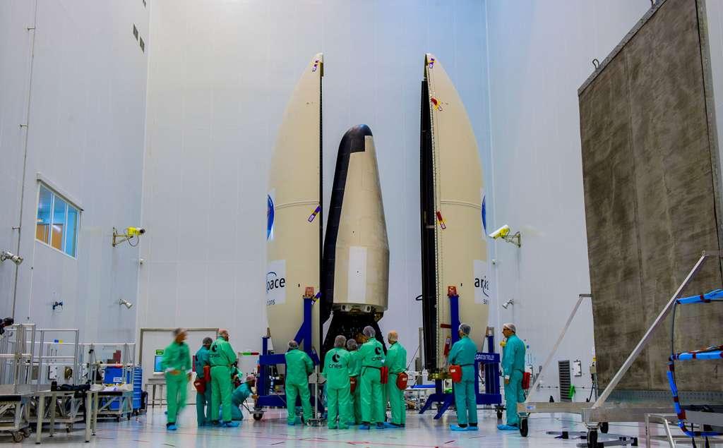 Mise sous coiffe du IXV. Les dimensions et la masse de ce véhicule tiennent compte des capacités du lanceur Vega. Cela explique pourquoi ce démonstrateur n'est pas un véhicule ailé. © Esa, Cnes, Arianespace, Service optique du CSG.