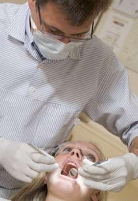 Pour éviter la formation de tartre (calcification de la plaque dentaire), il est nécessaire de se brosser les dents deux fois par jour et d'effectuer un détartrage régulier chez le dentiste. © Phovoir
