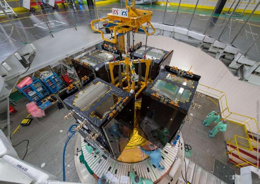 Les satellites Galileo 23, 24, 25 et 26, installés sur le dispenser d'Ariane 5. Dispenser est un terme anglais que l'on pourrait traduire par « distributeur » ; c'est une structure qui sert à accrocher plusieurs satellites. © ESA, Cnes, Arianespace, optique vidéo du CSG, P. Baudon