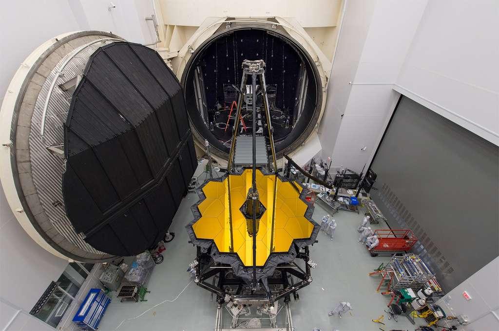 Voici la gigantesque cuve cryogénique du centre spatial Johnson de la Nasa, à Houston, aux États-Unis, à l'intérieur de laquelle le télescope et les instruments de l'observatoire spatial ont été testés. C'est la seule cuve au monde d'une taille suffisante pour permettre les tests cryogéniques d'un télescope dont le miroir fait 6,5 mètres de diamètre (en comparaison, le miroir de Hubble ne mesure que 2,4 mètres de diamètre). © D. Stover, Nasa