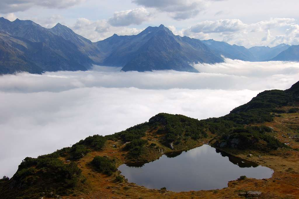 Un lac suisse perché au-dessus des nuages