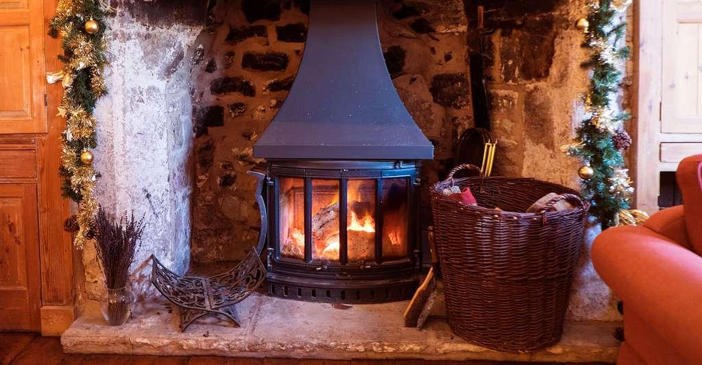 Les cloisons en brique de terre crue et les pierres captent la chaleur du poêle et la réémettent lentement : c'est le principe de l'inertie thermique. © James Taylor, CC by-nc 2.0