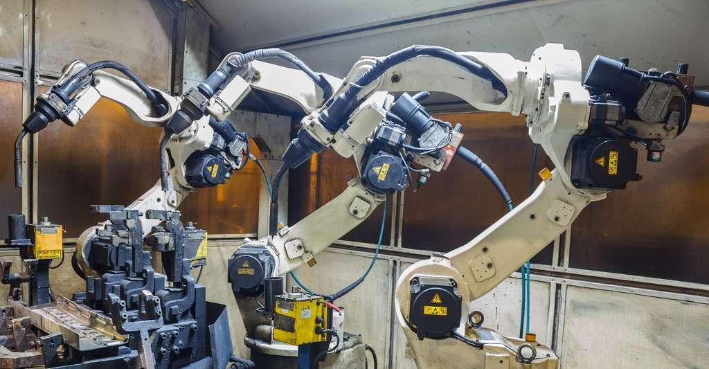 Robots dans une usine métallique. © Praphan Jampala, Shutterstock