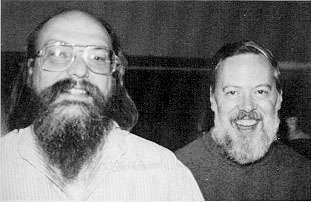 Kenneth Thompson (à gauche) et Dennis Ritchie (à droite) : deux informaticiens à l'origine du système d'exploitation Unix. © Domaine public