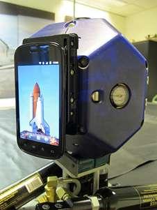 On ne reconnaît pas bien le Samsung Nexus S, mais il s'agit bien de son écran de 4 pouces (10 cm) de diagonale. Le téléphone apporte un processeur de 1 GHz, 16 Go de mémoire, un capteur de luminosité, un gyroscope, des accéléromètres et deux appareils photo, dont un de 5 mégapixels. © Nasa/Ames/DW Wheeler