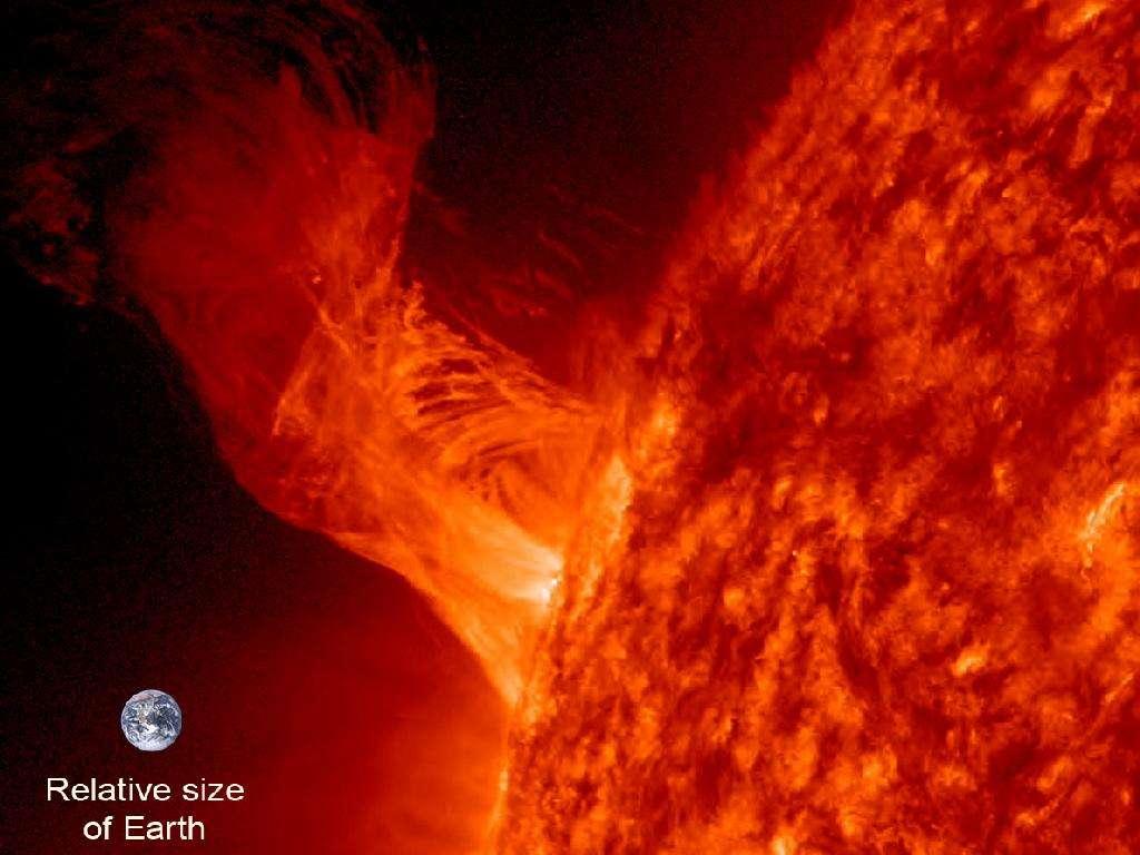 Une spectaculaire éruption solaire vue le 31 décembre 2012 par SDO. Notez la taille de la Terre (Relative size of Earth). La mission de SDO pourrait durer plus de cinq ans. © Nasa