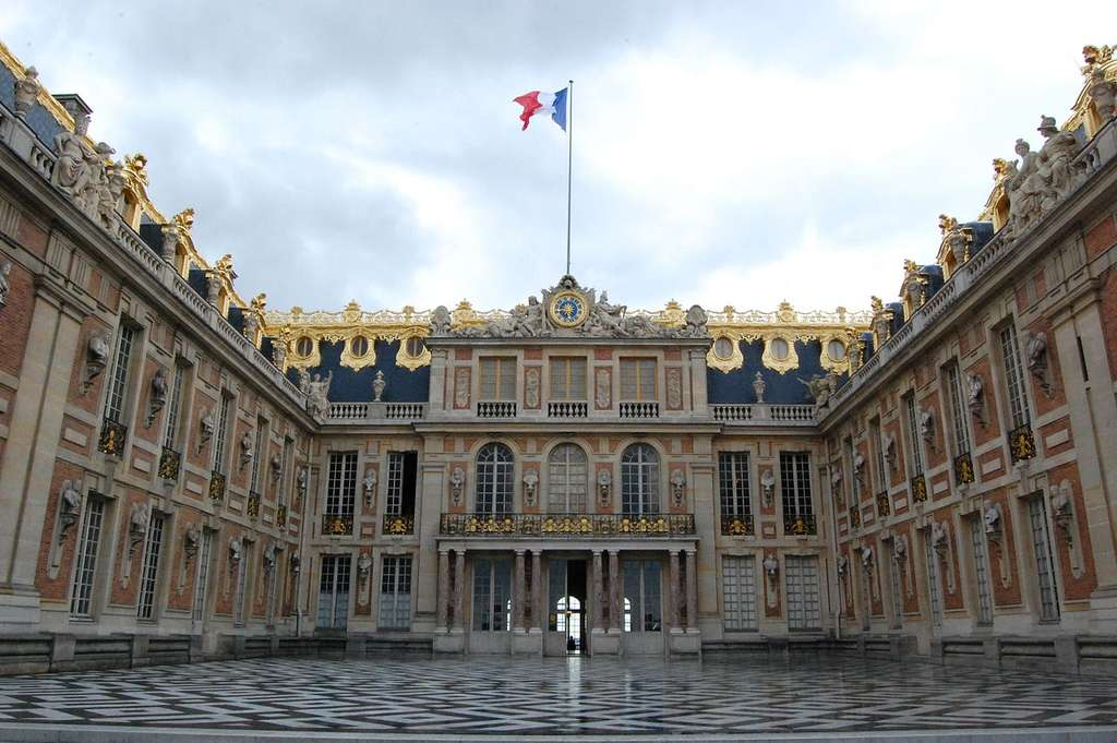 La cour de marbre du château de Versailles. Le château a bénéficié des améliorations de plusieurs générations de monarques. © Trizek, Wikimedia Commons, cc by sa 3.0