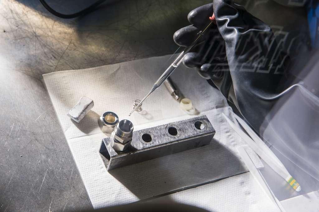Assemblage de cellule pour le test de matériaux de batteries sodium-ion, testés face à des électrodes de référence en sodium. Les performances en densité d'énergie sont comparables à celles des premières batteries lithium-ion, avec une marge de progression importante. © Cyril Frésillon, CSE, RS2E, CNRS Photothèque