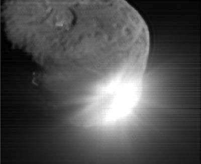 Image prise par la partie orbitale de Deep Impact 13 secondes après la collision de l'impacteur à la surface de Tempel-1