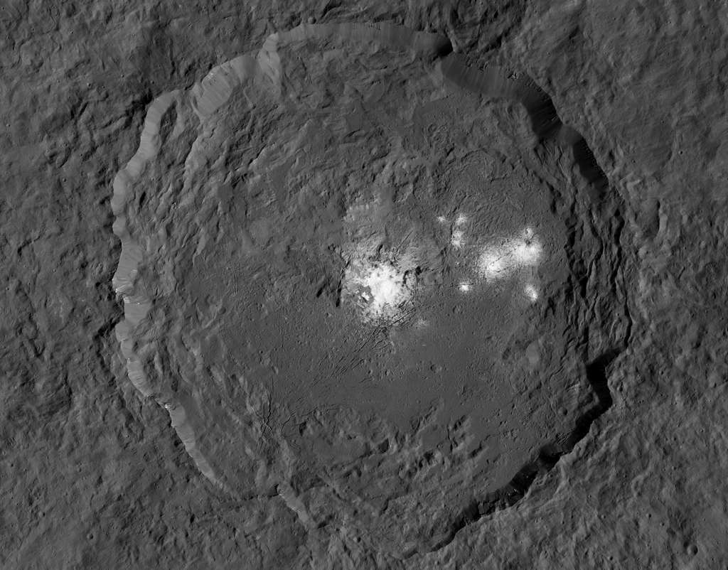 Le cratère Occator et ses taches blanches. © Nasa, JPL-Caltech, Ucla, MPS, DLR, IDA