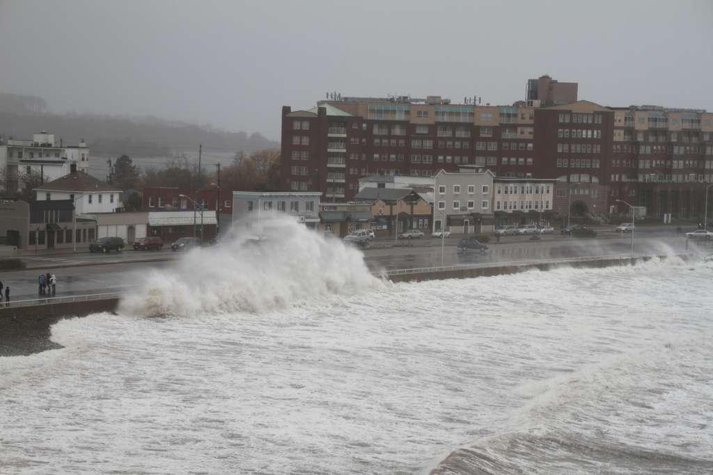 La plage de Nantaket, à Hull dans le Massachusetts, est l'une des premières à avoir été frappée par l'ouragan Sandy. Une houle cyclonique de 7 m a été enregistrée, et le phénomène de surcote a induit une augmentation du niveau de la mer de 4 m. © Jeffculter, Flickr cc