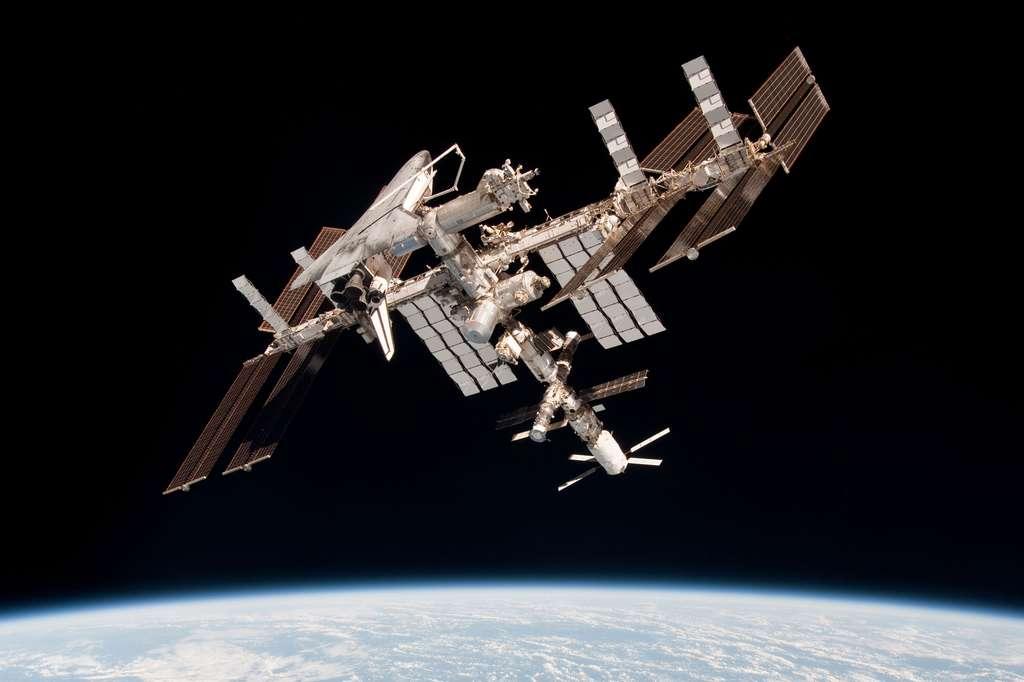 Portrait de famille de l'ISS, une photo historique faite en juin 2011, avec tous ses vaisseaux d'accès (sauf le japonais HTV). L'ATV est facilement repérable. C'est le plus beau et le plus blanc, avec ses quatre panneaux solaires, en bas de la Station sur cette image... © Nasa