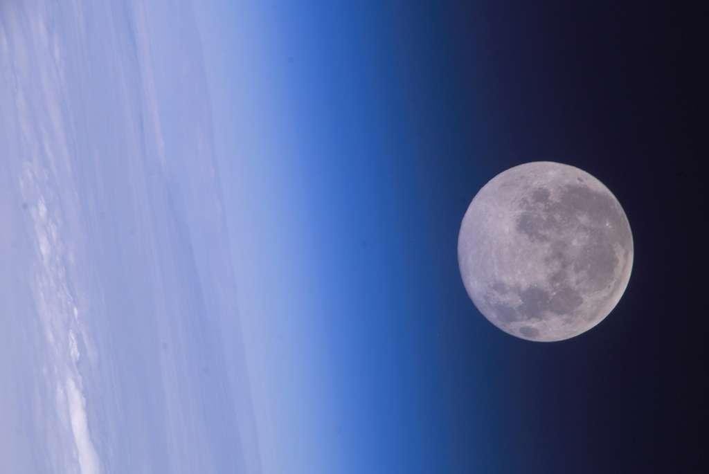 Vue depuis la Station spatiale, la Lune continue de faire rêver bon nombre d'humains. © Nasa