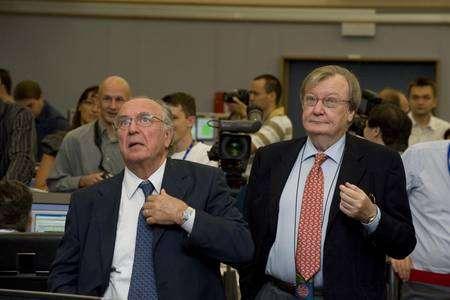 Deux des anciens directeurs du Cern regardant les opérations. Les Italiens Luciano Maiani et Carlo Rubbia (Prix Nobel de physique). Crédit : Cern