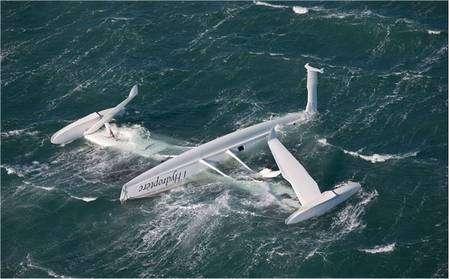 Dimanche 21 décembre 2008, au large de Port-Saint-Louis-du-Rhône. L'Hydroptère vient de chavirer et flotte à l'envers. © Gilles Martin-Raget