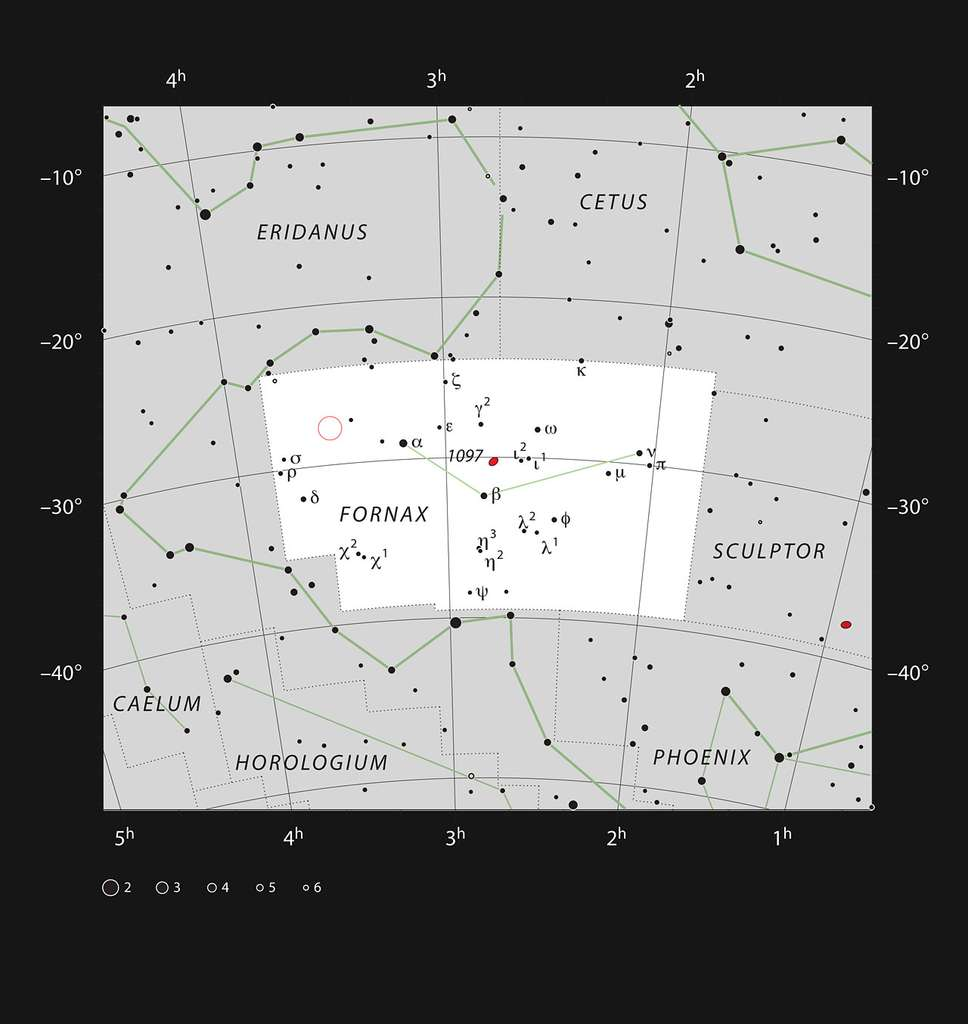 C'est vers la très discrète constellation du Fourneau, dans l'hémisphère austral, que le radiotélescope Alma a tourné ses antennes pour localiser (dans le petit cercle rouge) près d'une centaine de galaxies de l'univers jeune, caractérisées par les taux les plus élevés de formation d'étoiles. © ESO, IAU, Sky and Telescope