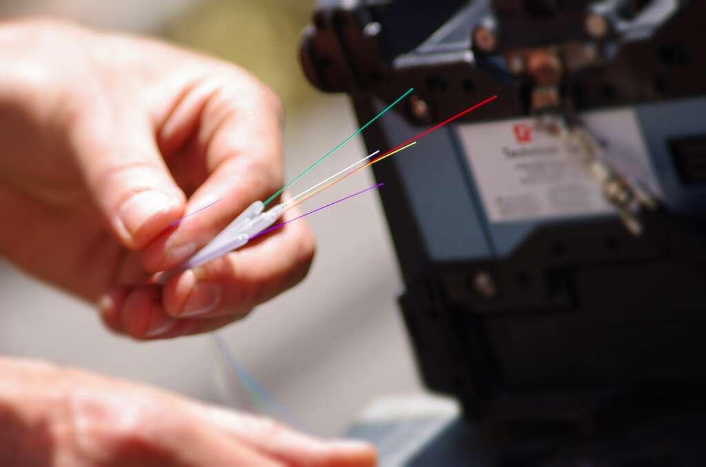La fibre optique permet à l'information de circuler à la vitesse de lumière, parcourant une distance de 300 000 kilomètres par seconde.© Adobe Stock, minicel73