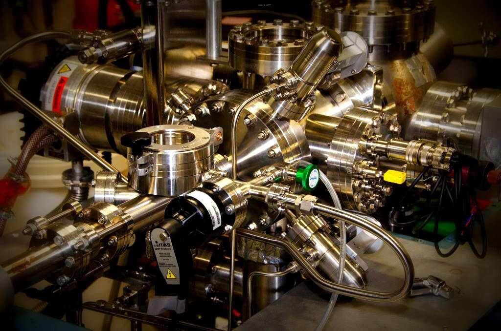 Une expérience à l'extrême limite des nanosciences appelée « manipulation moléculaire par STM » (microscope à effet tunnel, ici en photo) est souvent utilisée pour observer la réaction des molécules individuelles lorsque celles-ci sont excitées par l'ajout d'un seul électron. © Université de Bath