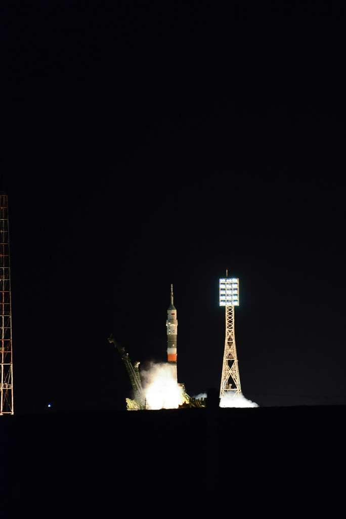 Décollage à 2 h 20 mn, heure de Baïkonour, du lanceur Soyouz avec à son bord les trois astronautes de la mission Proxima, dont le français Thomas Pesquet. © Rémy Decourt