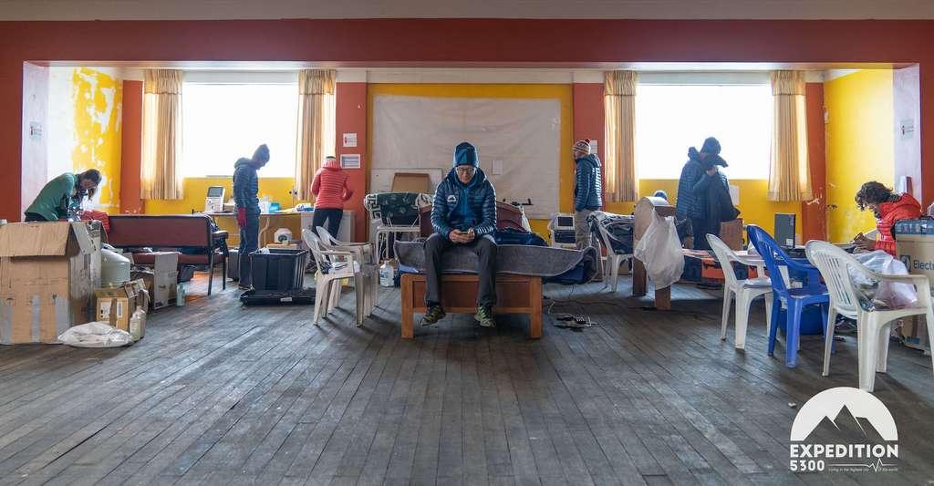 Manque d'oxygène, froid, coupures d'eau et d'électricité. À La Rinconada, les conditions de travail deviennent difficiles pour l'équipe de chercheurs de l'Expédition 5300. © Expédition 5300