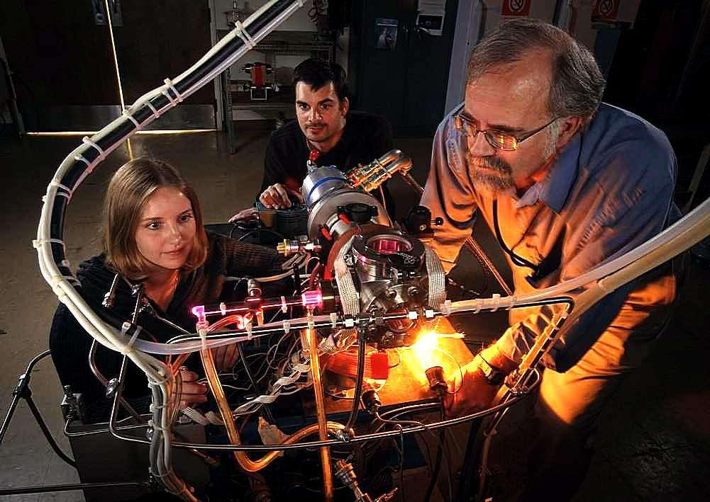 De gauche à droite, Stefanie Milam, Michel Nuevo et Scott Sandford devant le dispositif simulant les conditions régnant dans les nuages moléculaires. © Dominic Hart/Nasa