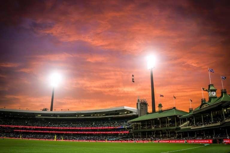 Coucher de soleil le 29 novembre sur un stade de Sydney, en Australie, après une journée de canicule qui a valu à la ville la nuit de novembre la plus chaude jamais enregistrée. © David Gray, AFP