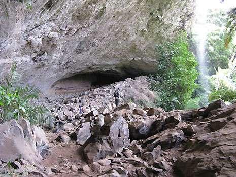 La grotte mâle de Ndemvoh s'ouvre par un porche de 120 mètres de large. Une seconde grotte s'ouvre juste à côté. Une légende locale relie les deux grottes par un lien de fraternité. Les grottes jumelles mâle et femelle hébergent chacune une divinité. © Olivier Testa