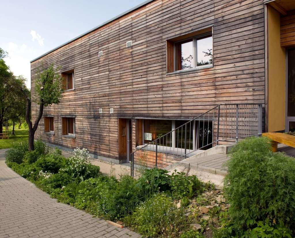 De plus en plus de constructions utilisent la paille. Associé à une ossature en bois, cet écomatériau permet une bonne isolation de la maison. © Pavouk, Wikimedia Commons, CC by-sa 3.0