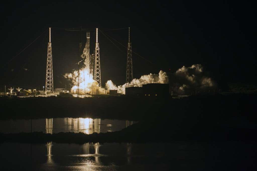Le décollage du lanceur Falcon 9, de Space X, dimanche 14 août 2016. Le satellite japonais JCSat-16 a été envoyé sur une GTO et l'étage principal (la partie inférieure) s'est posé sur une barge flottant dans l'océan Atlantique. © SpaceX