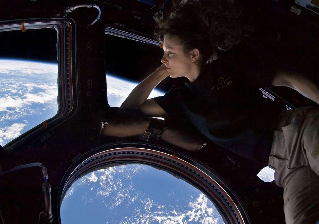 On voit ici l'astronaute Tracy Caldwell Dyson en train de contempler la Terre à bord de l'ISS. Elle est la première star de la Nasa à faire son apparition au début du clip du Nasa Johnson Style. © Nasa