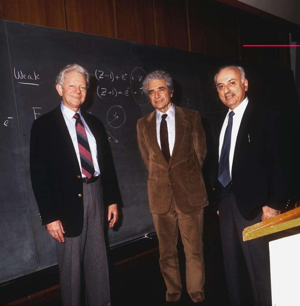 Léon Lederman (à gauche), Mel Schwartz (à droite) et Jack Steinberger ont reçu le prix Nobel de physique de 1988 pour leur expérience de 1962 à Brookhaven qui a démontré que les neutrinos ne sont pas tous du même type. © Cern