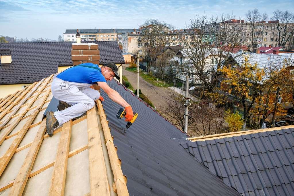 Pose d'une toiture par un artisan couvreur professionnel. © Volodymyr Shevchuk, Adobe Stock
