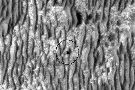 Opportunity (au centre du cercle) vue par Mars Reconnaissance Orbiter. Crédit Nasa/JPL