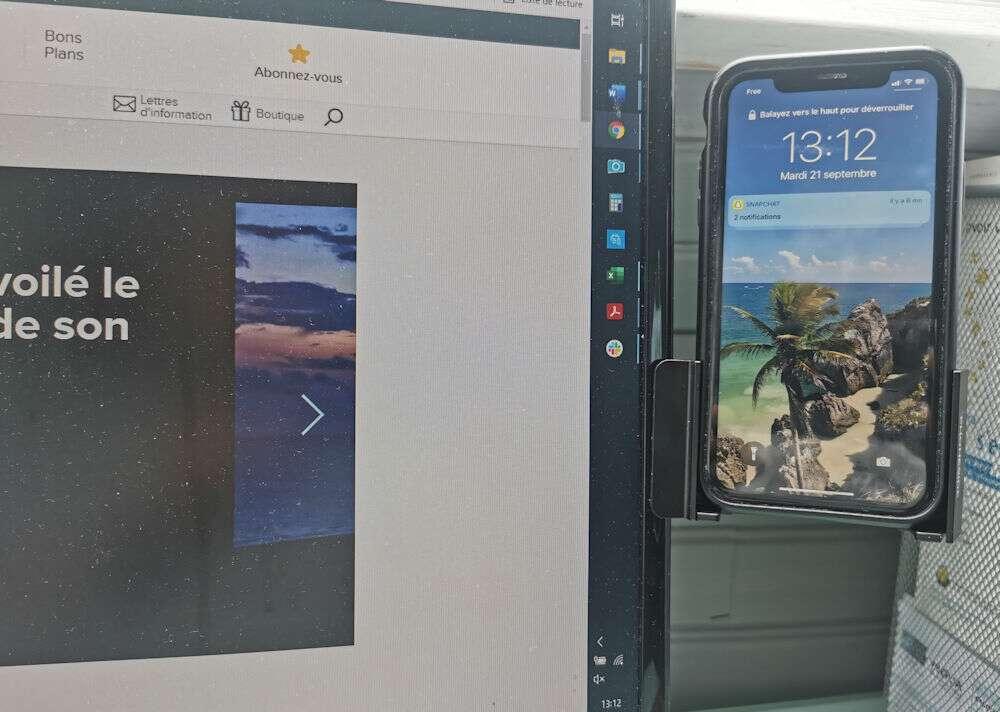 On peut même clipser son smartphone sur un écran de PC de bureau. © Futura
