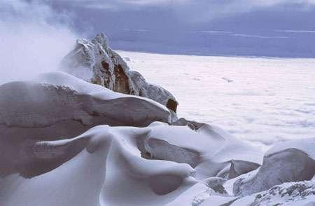 Glacier Nord de l'Antizana (5500 m), avec l'Amazonie sous les nuages - Photo copyright Bernard Francou - Tous droits de reproduction interdit.