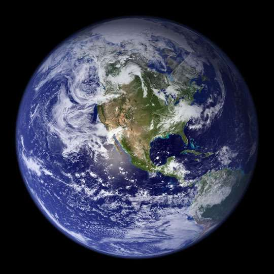 La Planète bleue, la plus belle du Système solaire, montrée ici grâce à une composition de photographies, réalisée pour l'essentiel avec des images prises par l'instrument Modis du satellite Terra. © Nasa Goddard Space Flight Center/Reto Stöckli/Robert Simmon