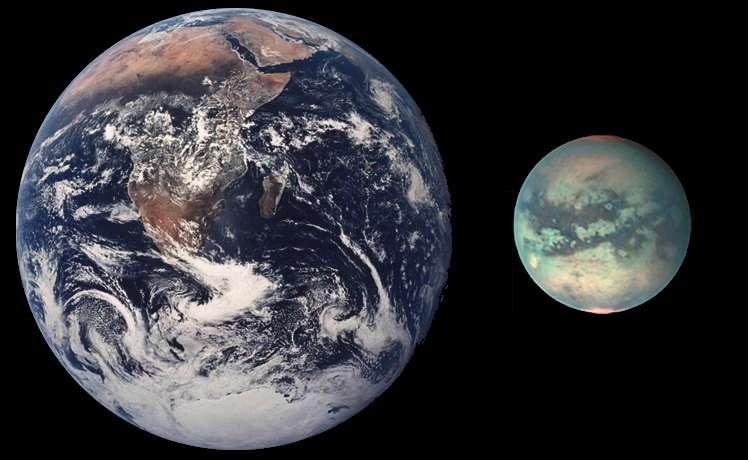 Une comparaison à l'échelle de la Terre et de Titan. L'image de la lune de Saturne a été obtenue avec un instrument de la sonde Cassini capable de voir à travers son atmosphère. © Nasa