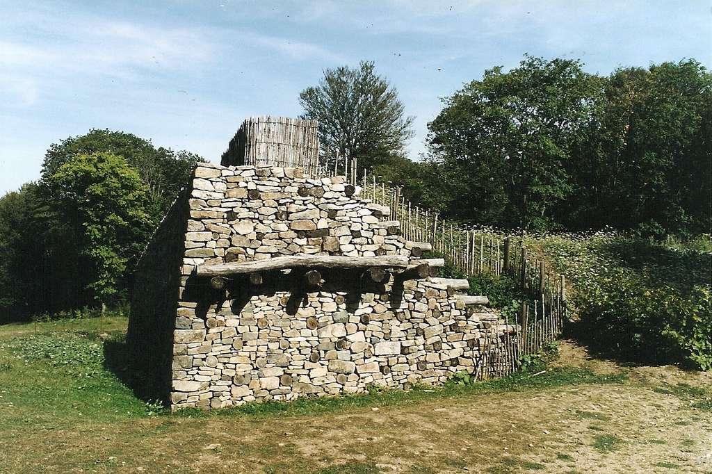 Reconstitution du mur gaulois (murus gallicus) de l'oppidum de Bibracte ; photo Jochen Jahnke, 2005. © Wikimedia Commons, domaine public.