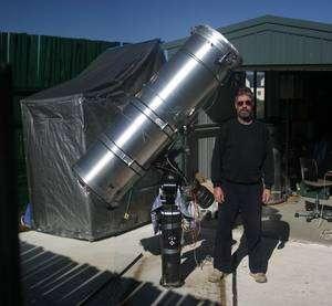L'astronome amateur australien Anthony Wesley pose au côté de son télescope de 40 centimètres de diamètre. C'est avec cet instrument qu'il a découvert un impact cométaire sur Jupiter en 2009 et une tempête sur Saturne il y a quelques semaines. Crédit A. Wesley