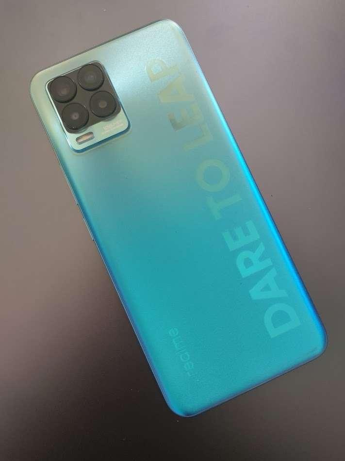 Difficile de manquer le slogan de la marque gravé tout le long de la coque à l'arrière du mobile. Avec l'ambiance « paillette » du bleu, l'ensemble manque de discrétion. © Futura