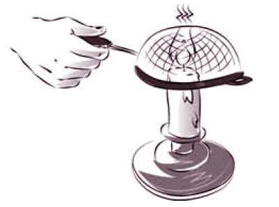 En plaçant une grille sur le haut de la flamme, on observe que celle-ci ne la traverse pas ! © Dunod